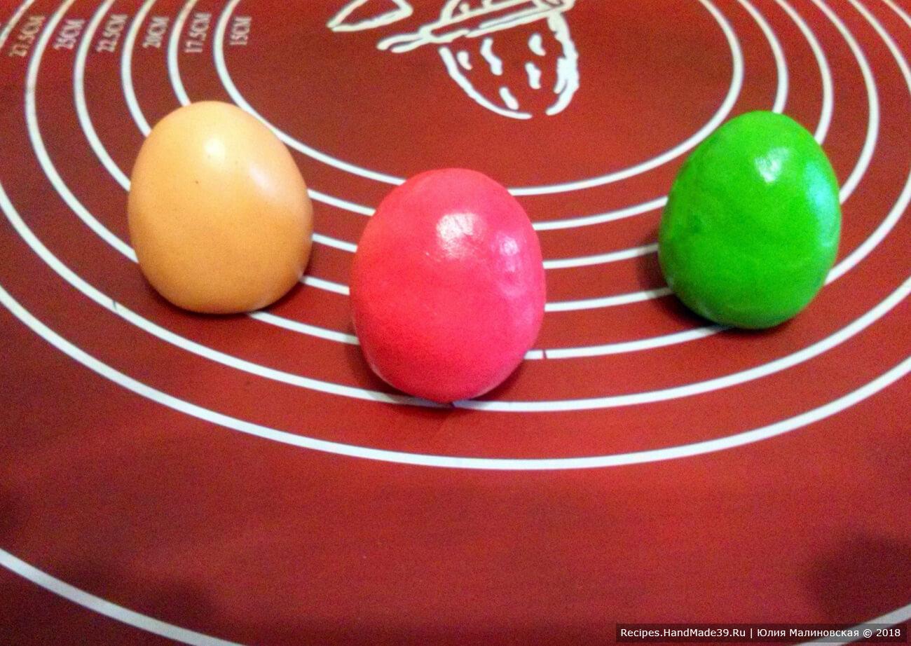 Из пластичного шоколада зелёного, жёлтого и красного цвета сделать яйца. Декорировать торт