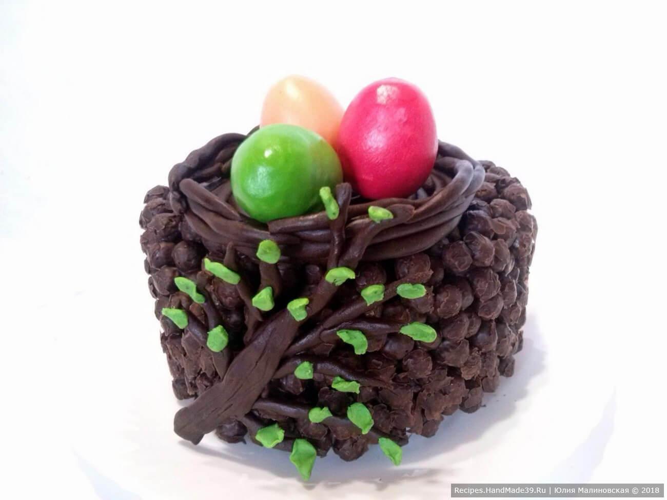 Наш пасхальный торт-корзинка из шоколадных шариков готов, приятного аппетита!