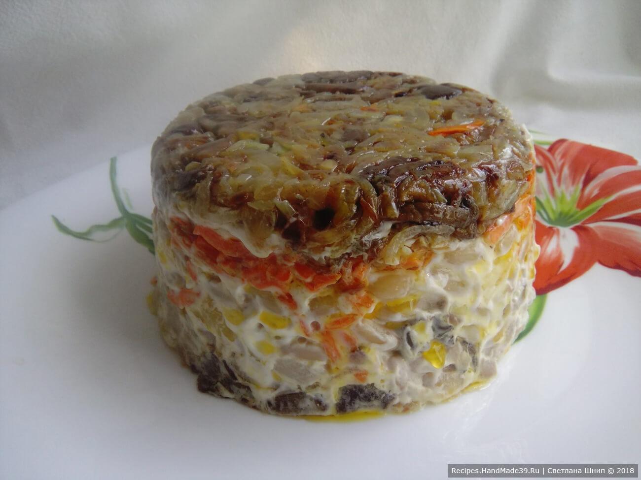 Через час салат перевернуть в форме, аккуратно снять форму. Получился кулич