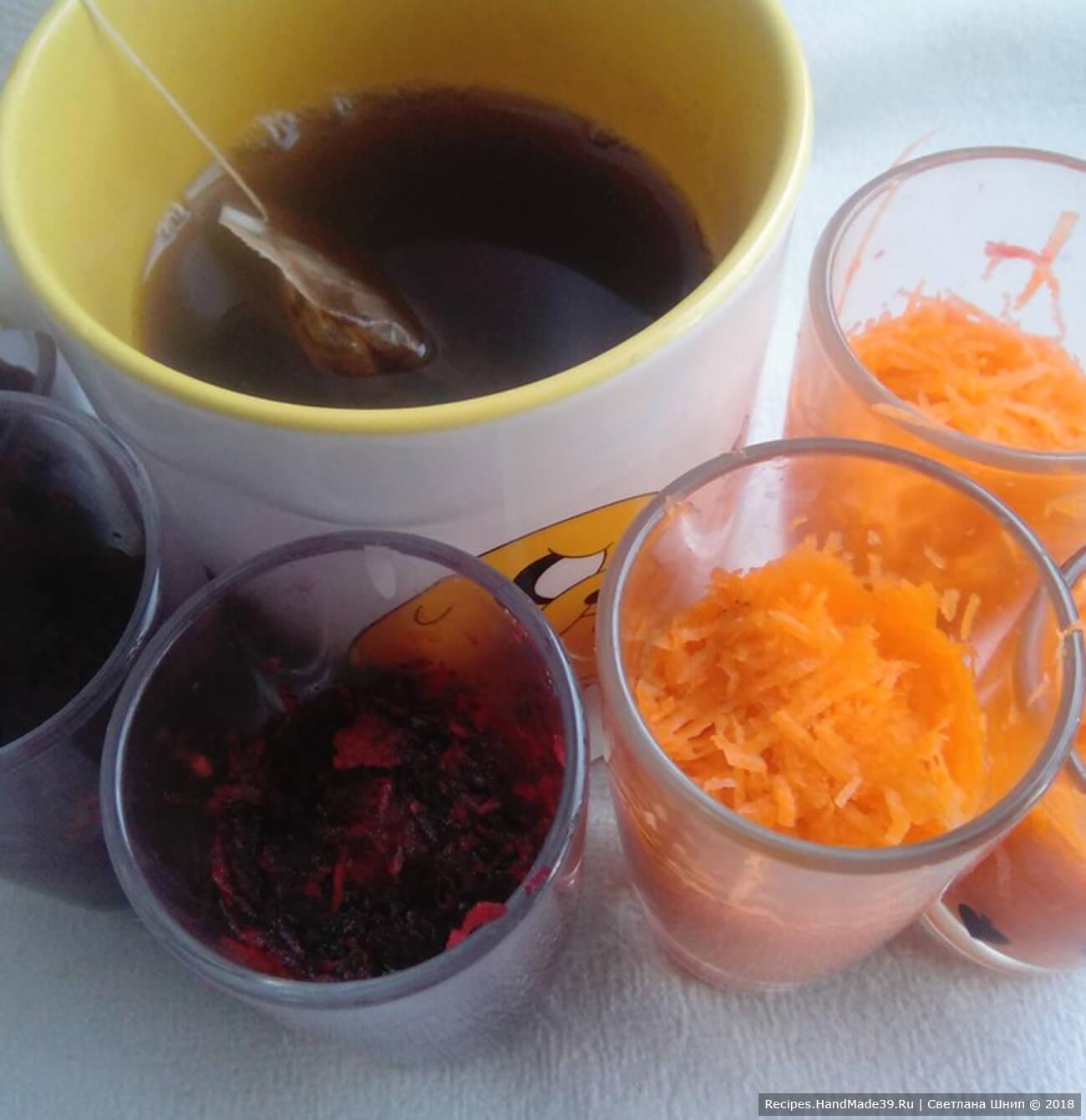Заварить крепкий чай. Погрузить очищенные перепелиные яйца в стаканчики с чаем, свёклой. Можно попробовать мелко натёртую морковь. Оставить яйца примерно на 1 час, для того чтобы они взяли цвет