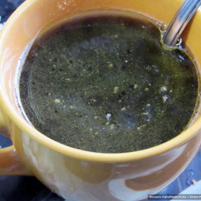 В чашке смешать уксус, соус, растительное масло, соль и сахар. Хорошо размешать