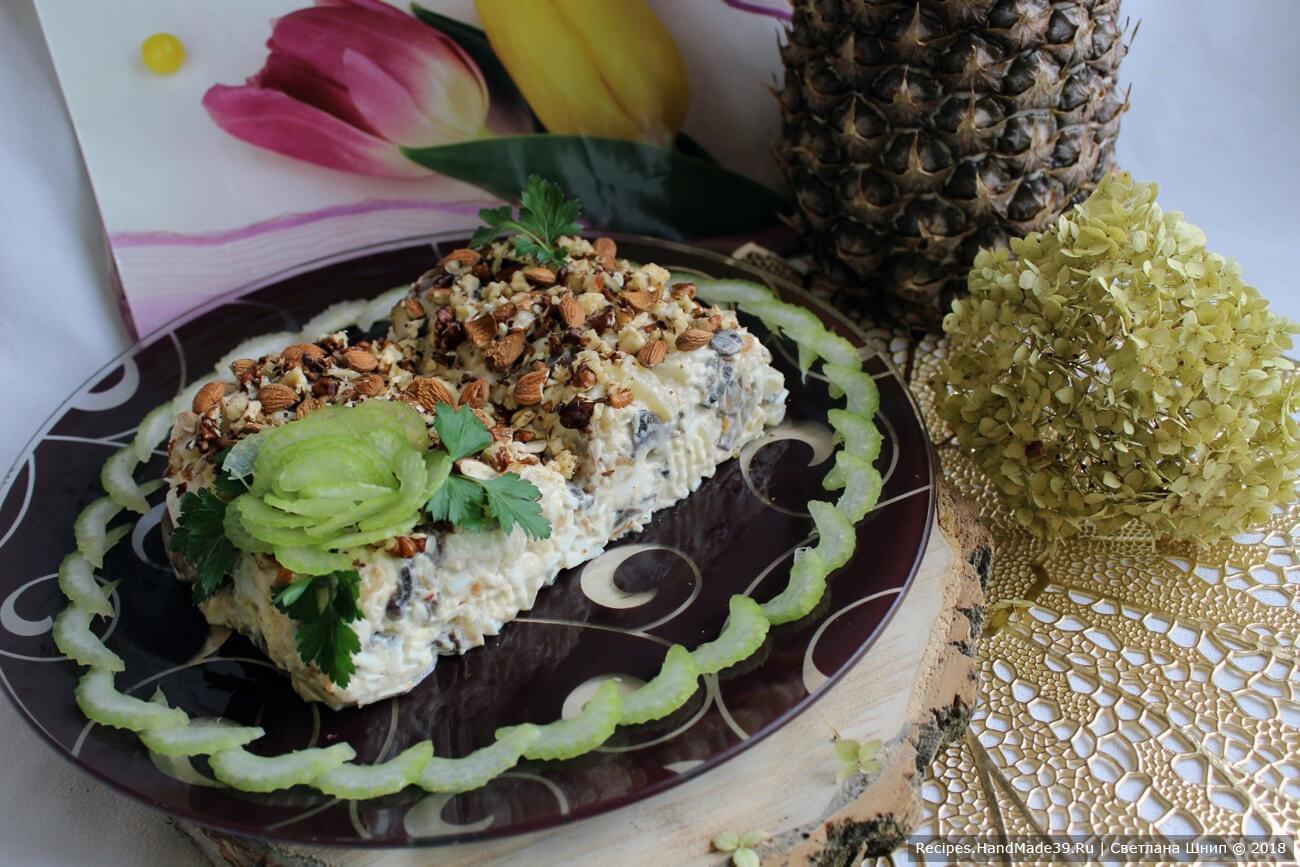 Готовый салат посыпать орехами. Приятного аппетита!