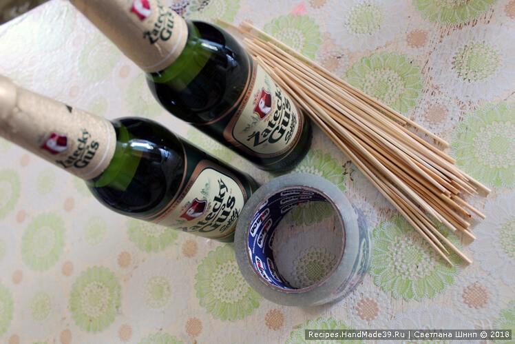 Деревянные шпажки закрепить скотчем у основания пивных бутылок