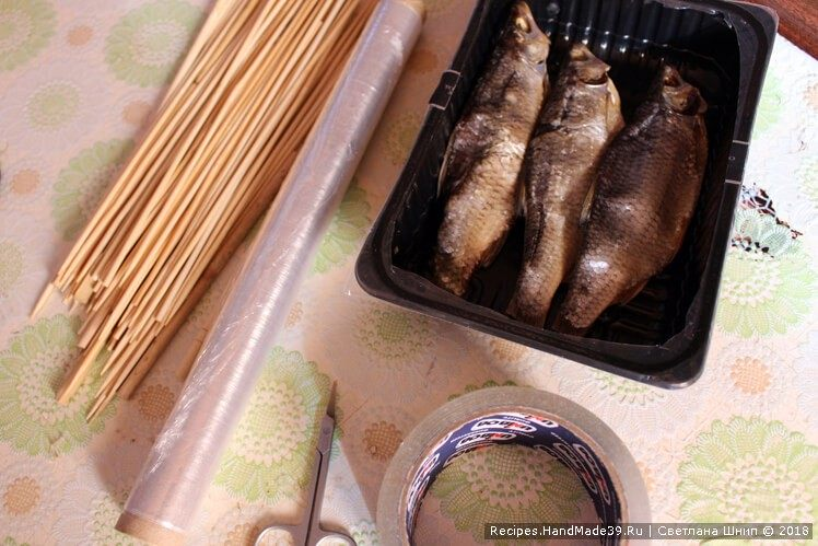 Каждую рыбину аналогично упаковать в целлофан