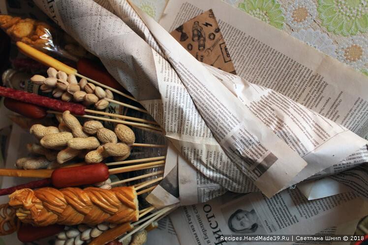 Завернуть букет в газету и упаковочную бумагу