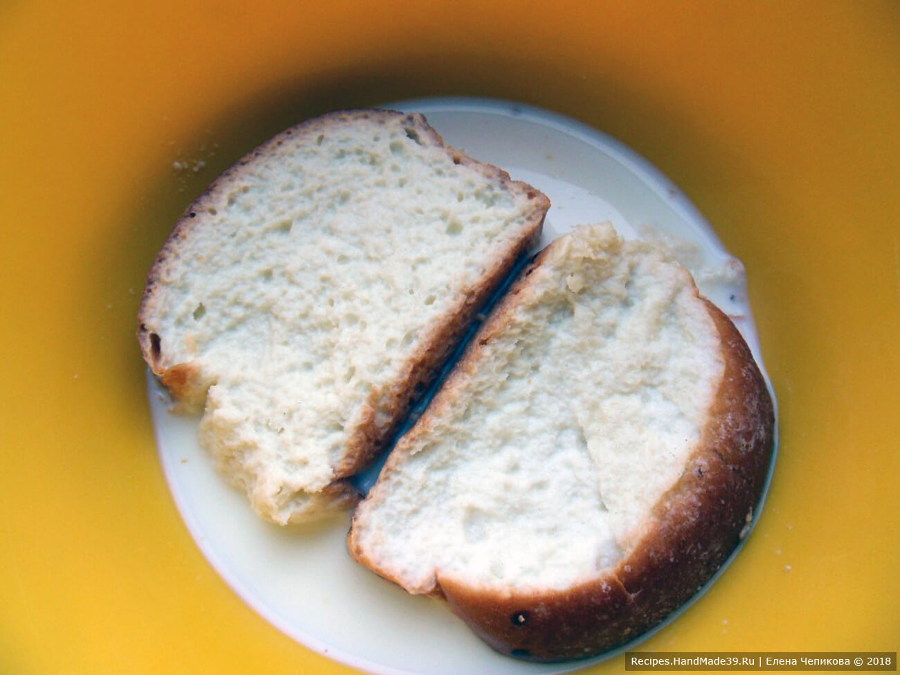 Белый хлеб замочить в молоке