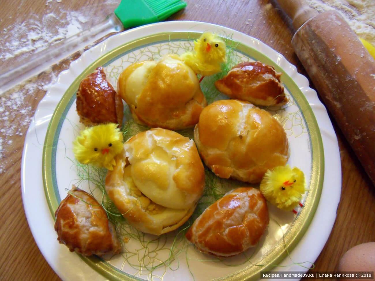 Подавать яйца охлаждёнными, можно с майонезом