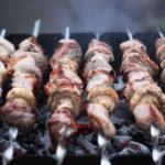Как выбрать мясо для шашлыка и на каких дровах его жарить