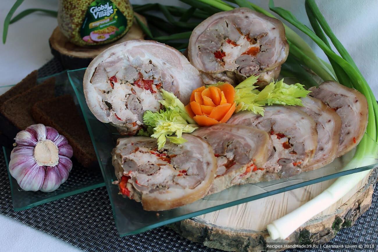 Рулет из свиной рульки с куриными сердечками и сладким перцем