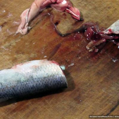Рыбу вымыть, обсушить, удалить внутренности и голову