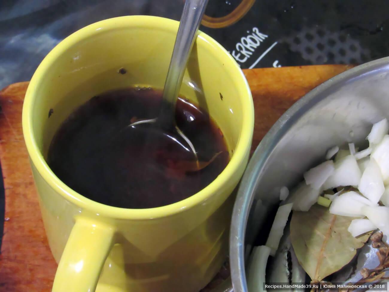 Чёрный чай заварить в кипятке, дать настояться 10 мин. Чай слить от заварки. Добавить уксус и растительное масло