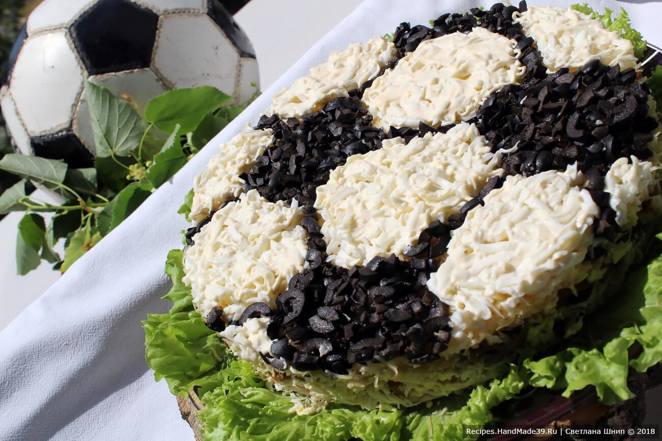 Салат «Футбольный мяч» с курицей и грибами