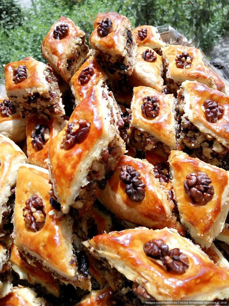 Пахлава медовая с орехами и изюмом
