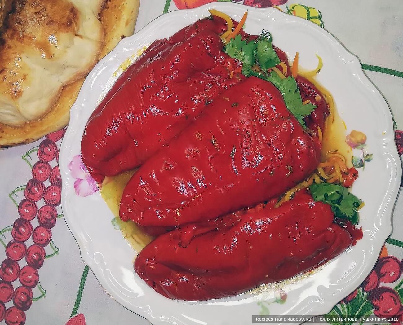 Начинить перцы, сложить в кастрюлю, залить рассолом, положить небольшой гнёт, поместить в холодильник. Через 3-4 дня можно есть. Любителям острого можно добавить горького перца. Приятного аппетита!