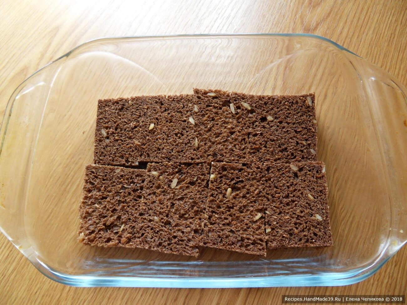 С хлебных ломтиков срезать корочки