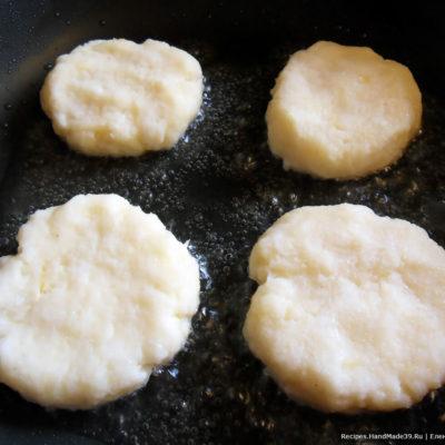 Из рыбной массы сформировать круглые или продолговатые котлетки. Выложить их на разогретую сковороду с растительным маслом.