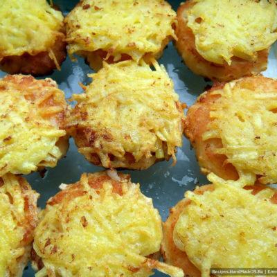 По желанию можно котлетки обжаривать чуть меньше, после выложить их в форму для запекания картофельной шапочкой вверх.