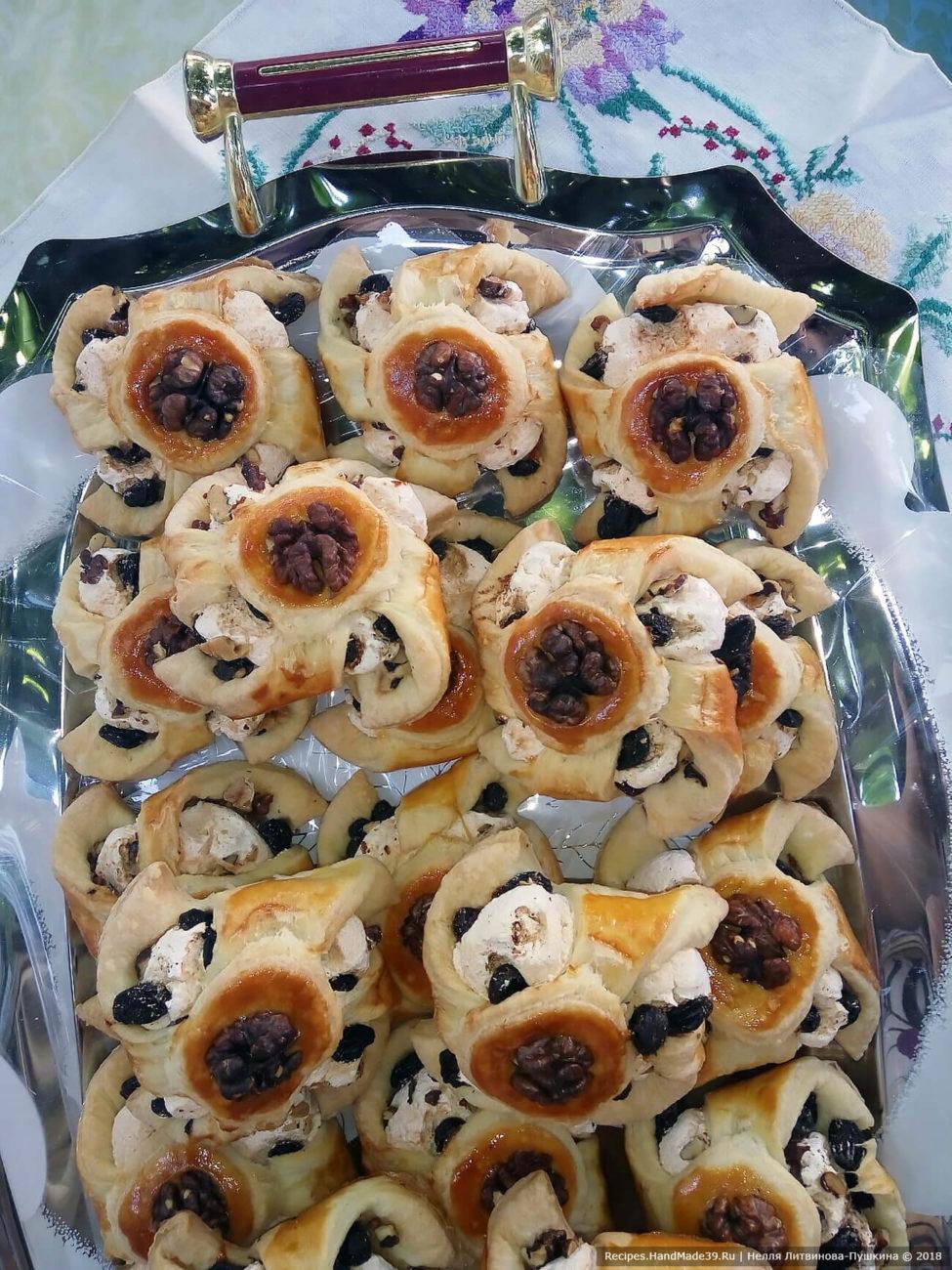 Звёздочки из слоёного теста с безе, изюмом и грецкими орехами