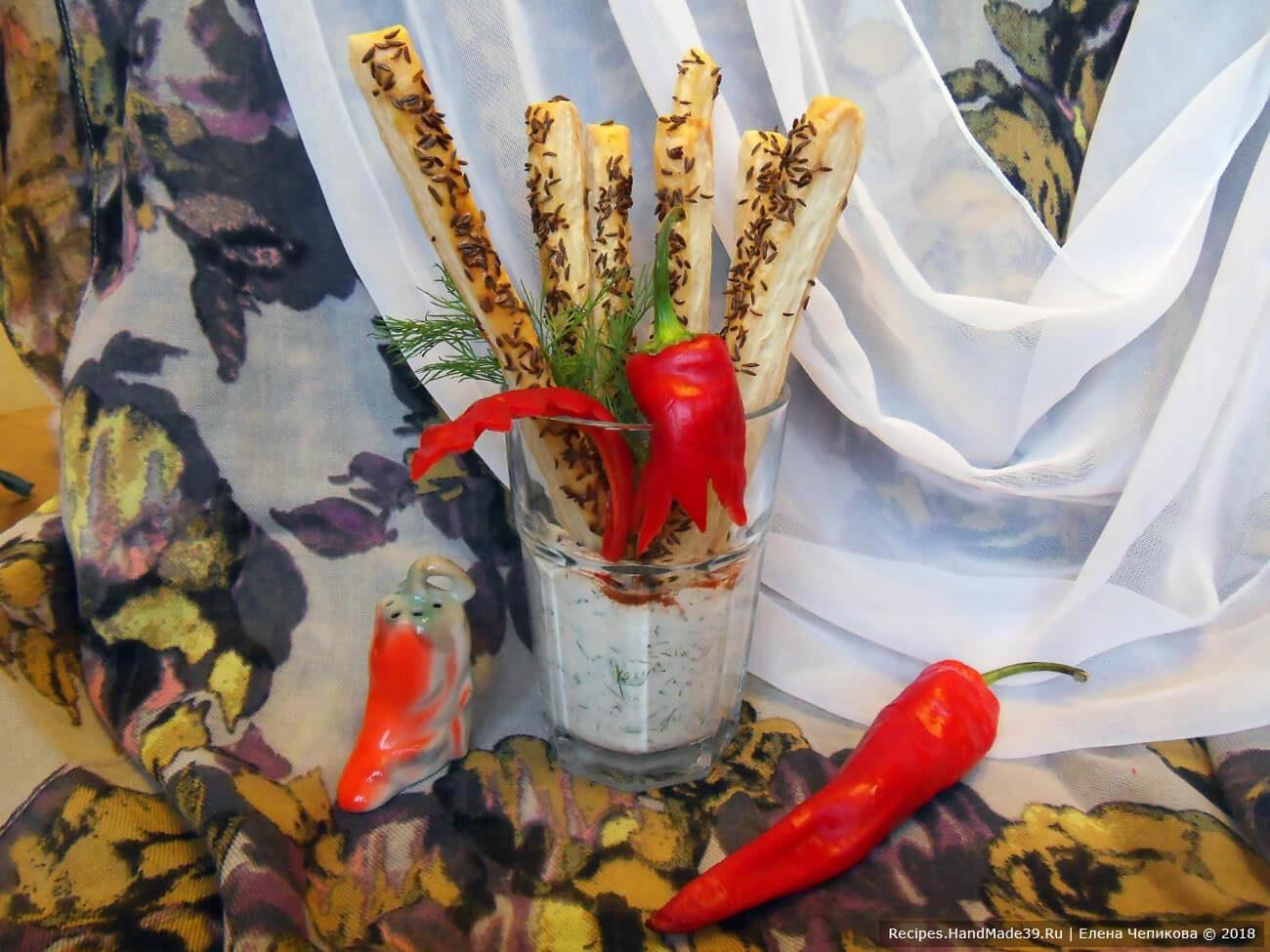 Слоёные тминные палочки с соусом