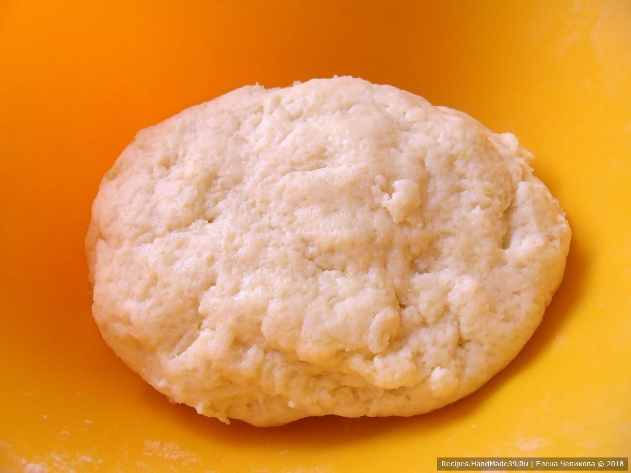 Добавить протёртую картошку, сахарную пудру. Влить молоко. Замесить мягкое тесто