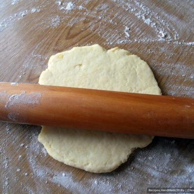 Тесто раскатать в пласт толщиной 1-2 см, вырезать кружки ∅ 6 см