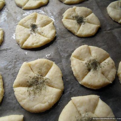 Выложить булочки на пергамент (или просто на противень, смазанный маслом). Сделать на кружках надрезы по кругу. В центр можно насыпать сушёный укроп