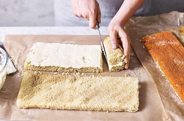 Сверните конец белого бисквита, чтобы сделать цилиндр шириной около 8 см с кремом внутри. Отрежьте эту часть бисквита.