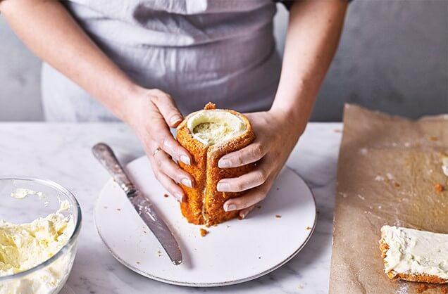 Обрежьте бисквит в месте соединения.