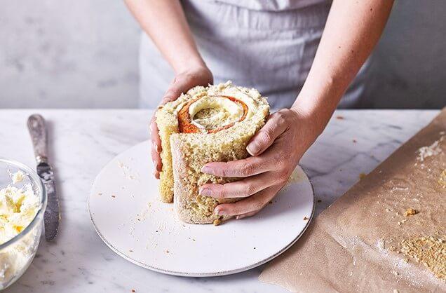 Продолжайте плотно обёртывать бисквит, чередуя цвет.