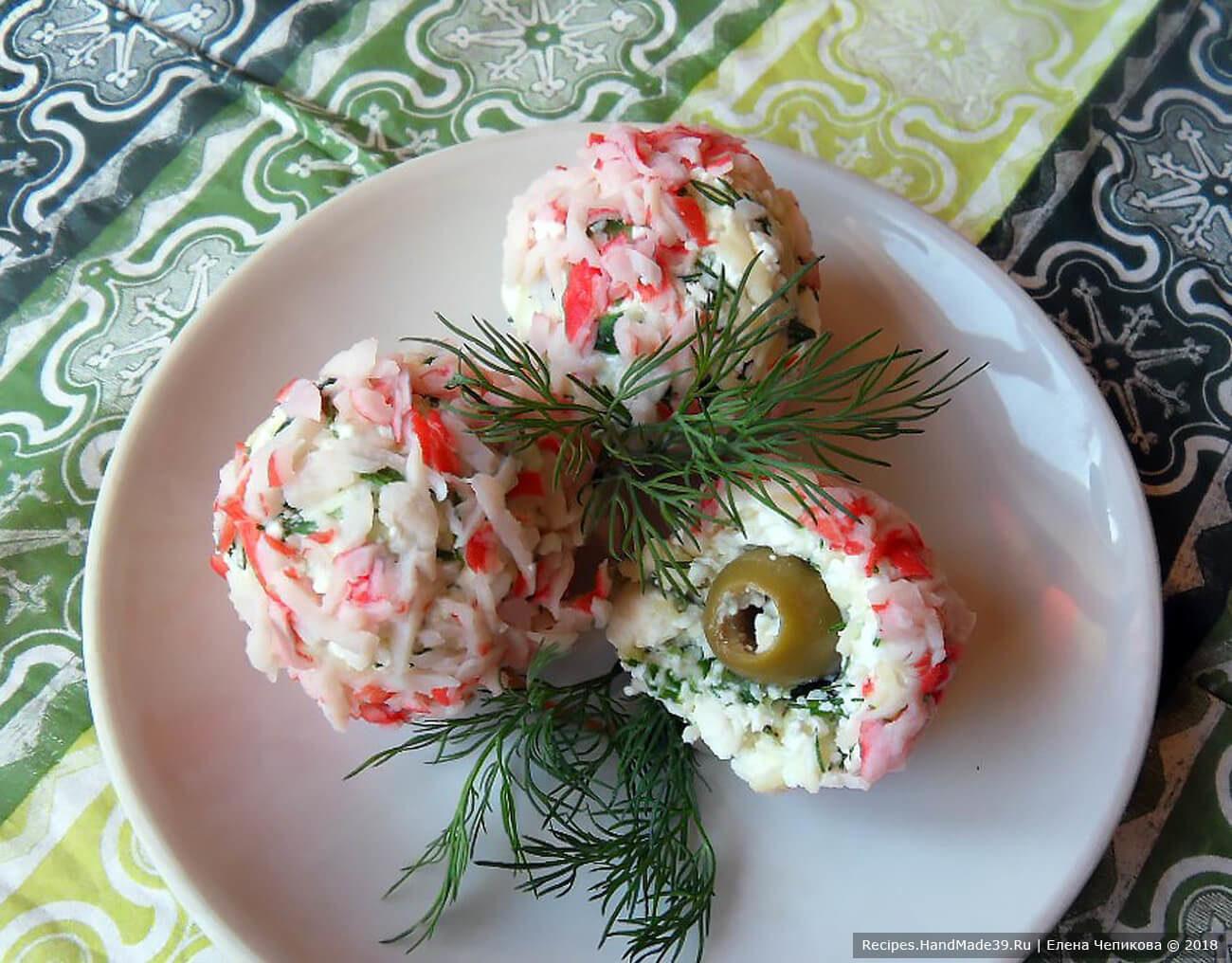 Творожно-сырные шарики с крабовыми палочками и оливками