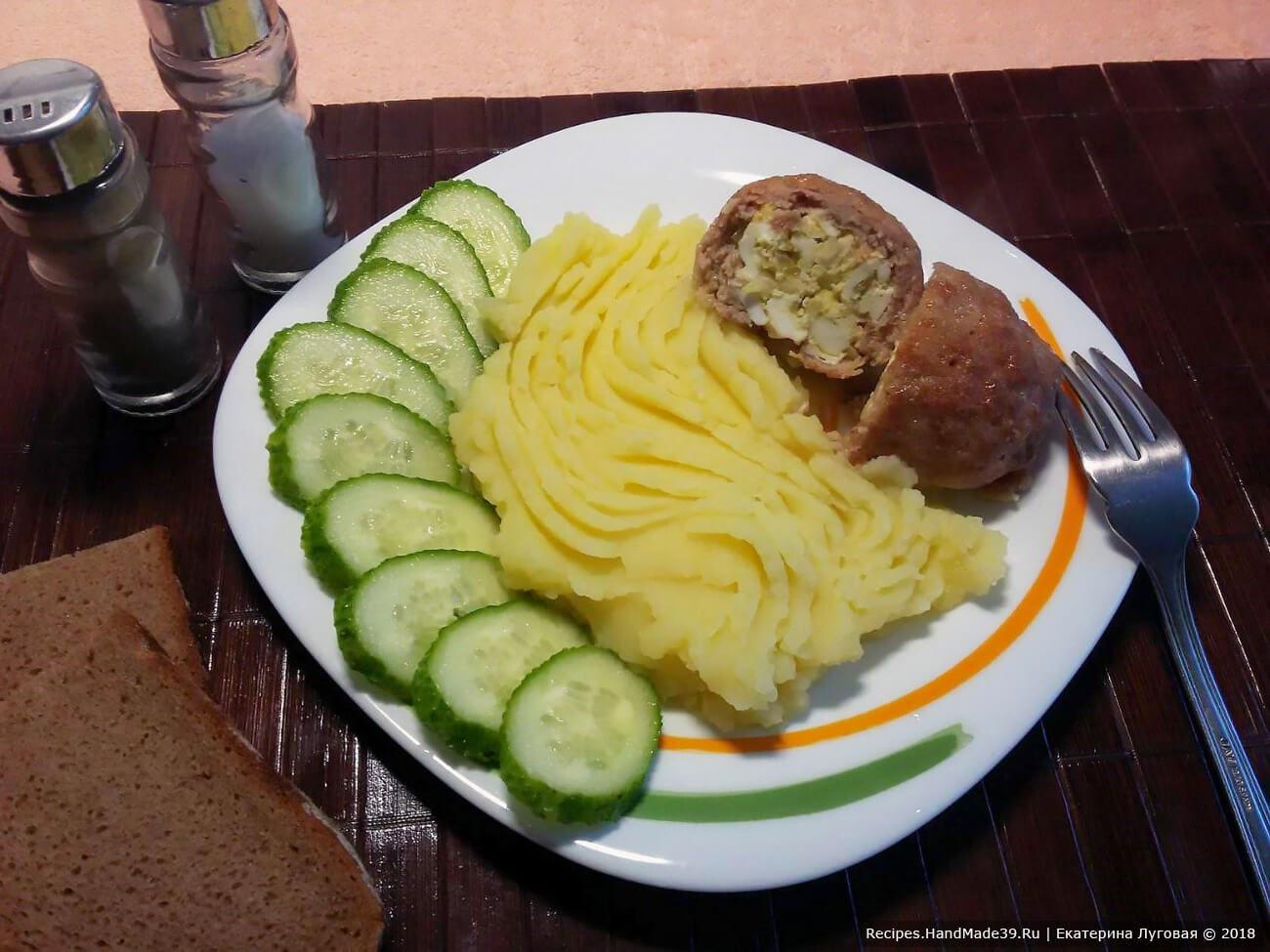 Запечённые мясные зразы с яйцом и луком