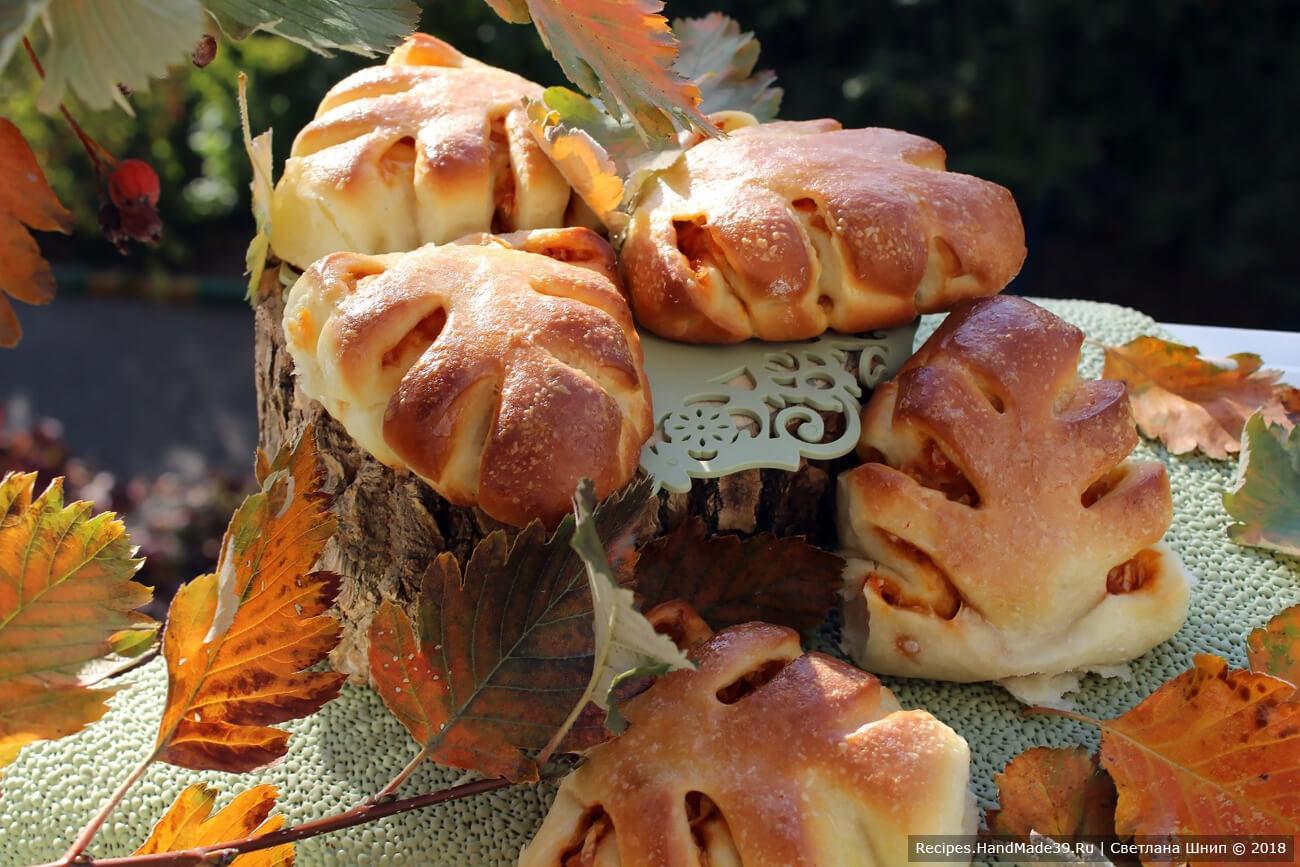 Пирожки в форме листьев с капустной начинкой