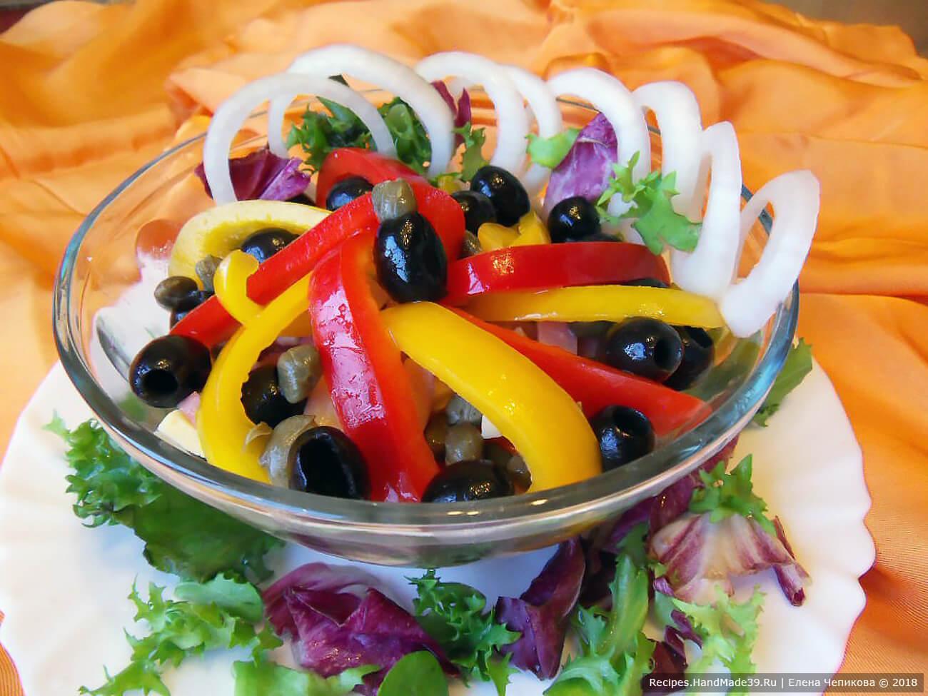 Заправить салат, украсить кольцами лука и зеленью. Приятного аппетита!