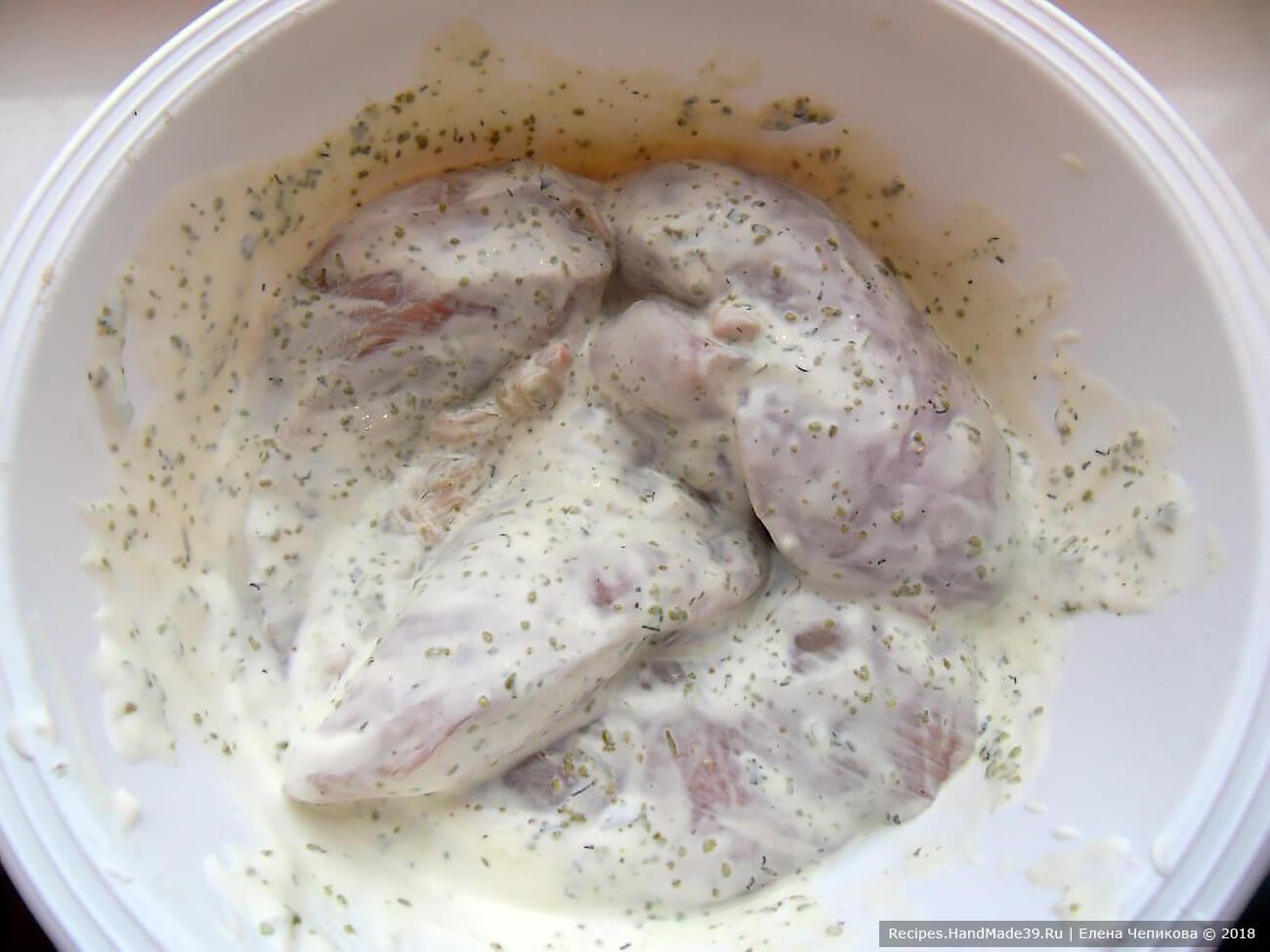 Куриное филе вымыть, обсушить, добавить соль, перец