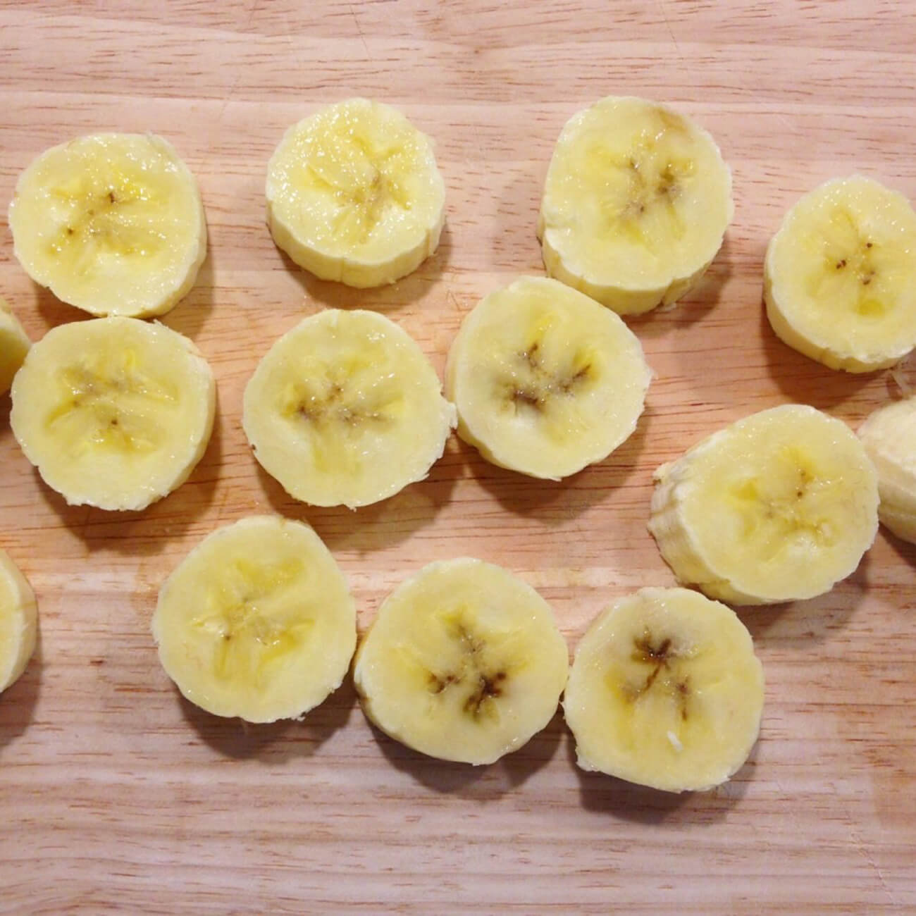 Банан вымыть, очистить, нарезать на ломтики