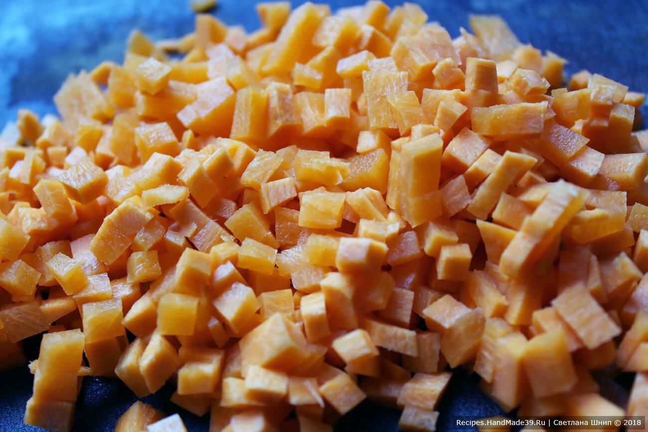 Морковь вымыть, очистить, нарезать мелкими кубиками