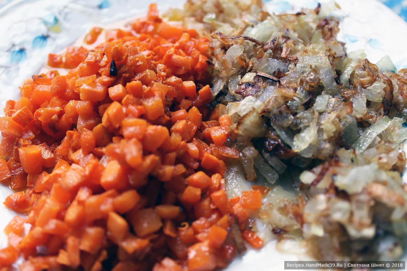 Лук и морковь спассеровать по отдельности на растительном масле