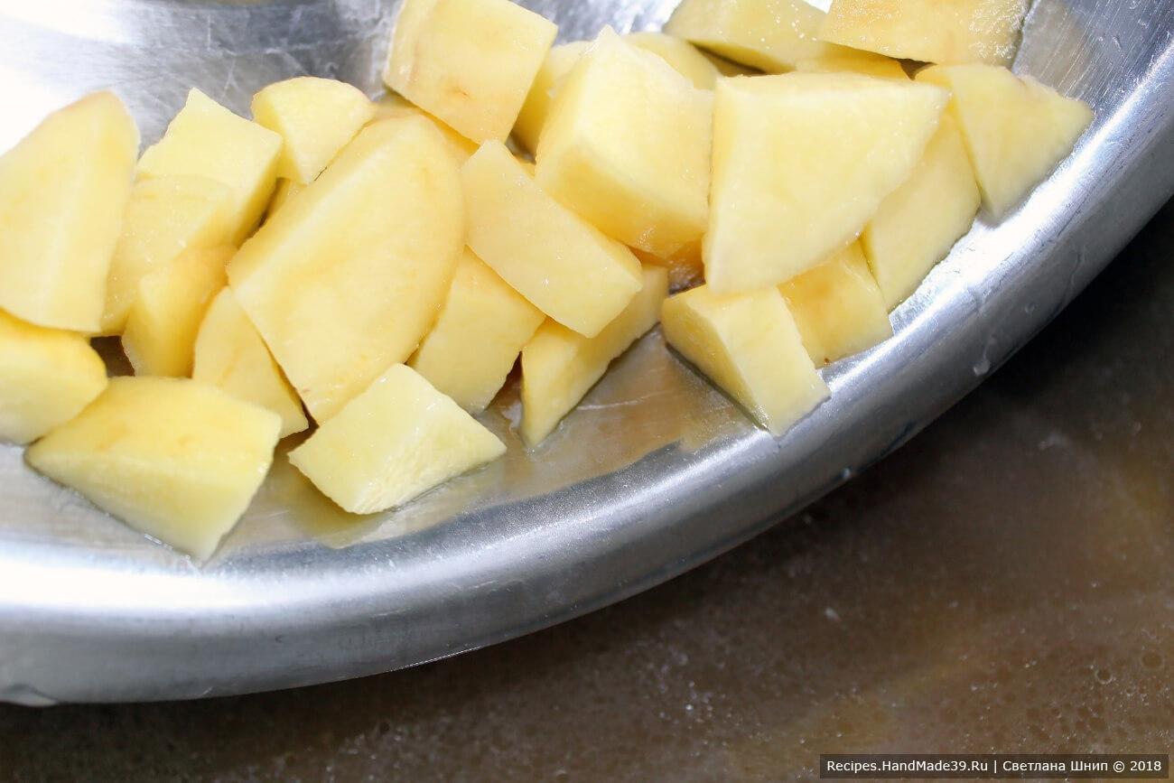 Картофель нарезать кубиками, отварить до полуготовности