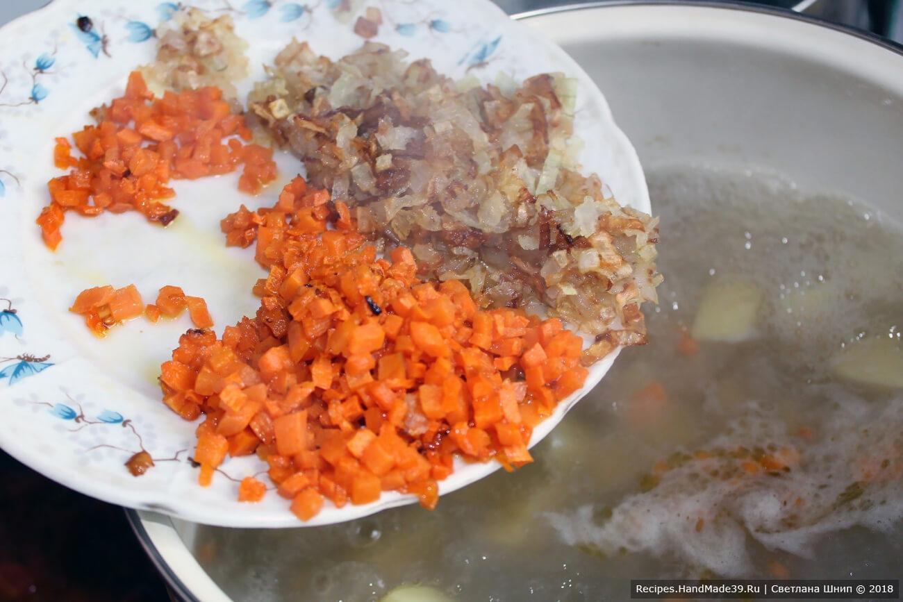 Добавить в бульон пассерованные лук, морковь, помидоры, перец горошком и лавровый лист