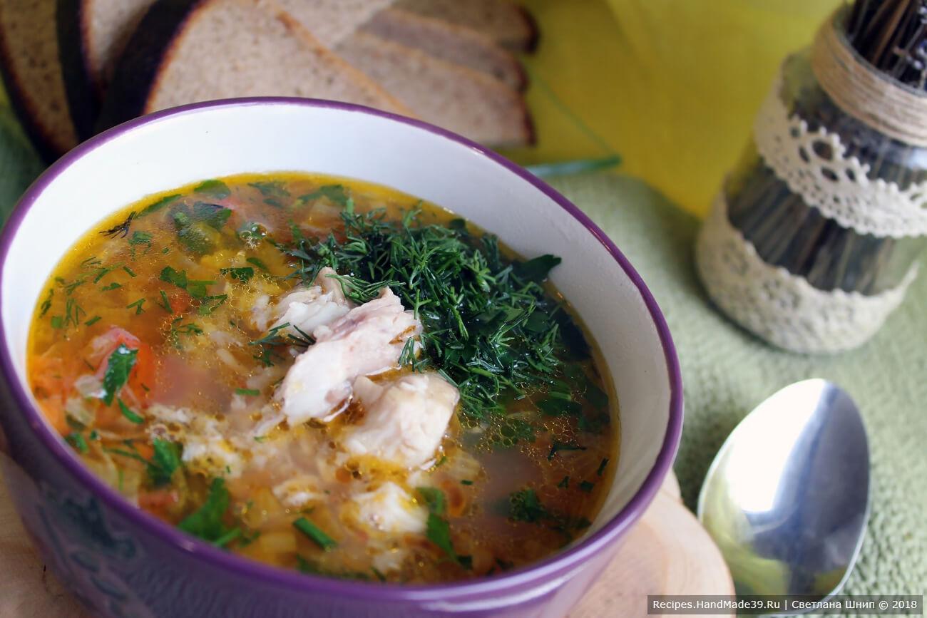 При подаче положить в каждую тарелку кусочки рыбы, налить уху, посыпать зеленью и молотым перцем. Приятного аппетита!