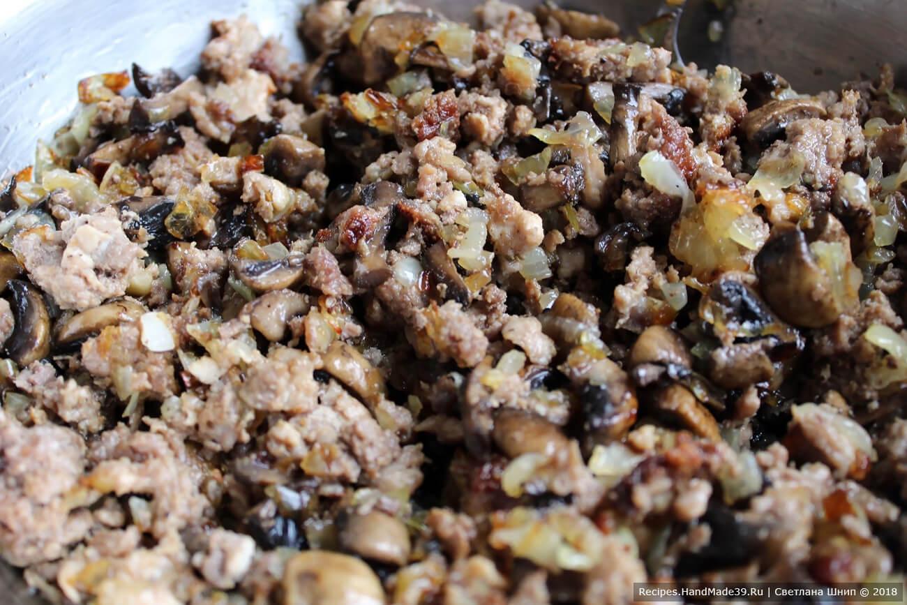 Смешать фарш, грибы, лук, посолить, добавить специи