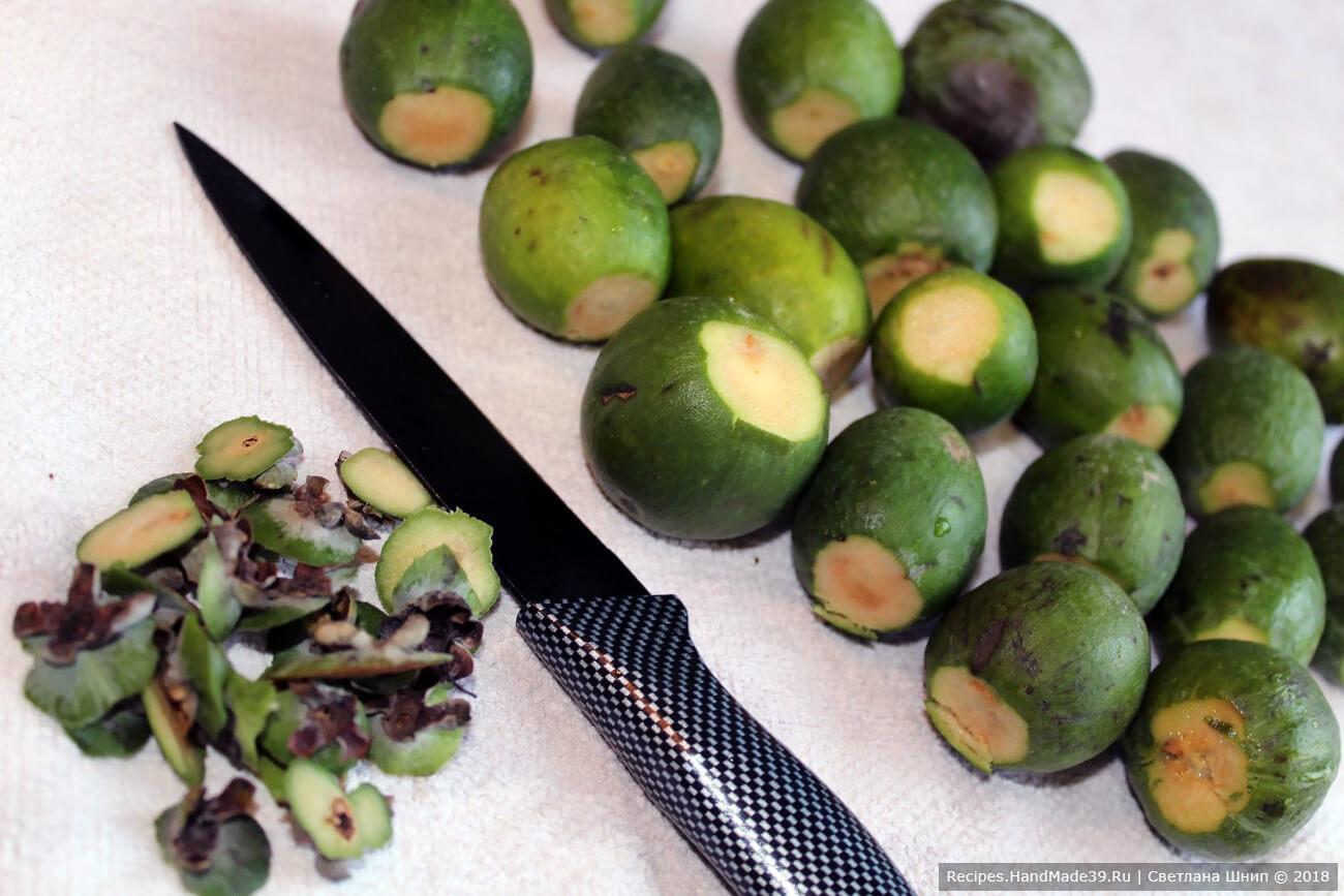 Кожицу не снимать, обрезать хвостики у плодов