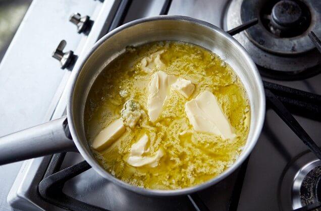 Растопить сливочное масло в небольшой сковороде на средне-слабом огне