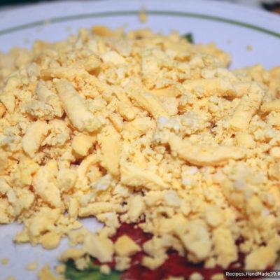 Яйца отварить вкрутую, очистить