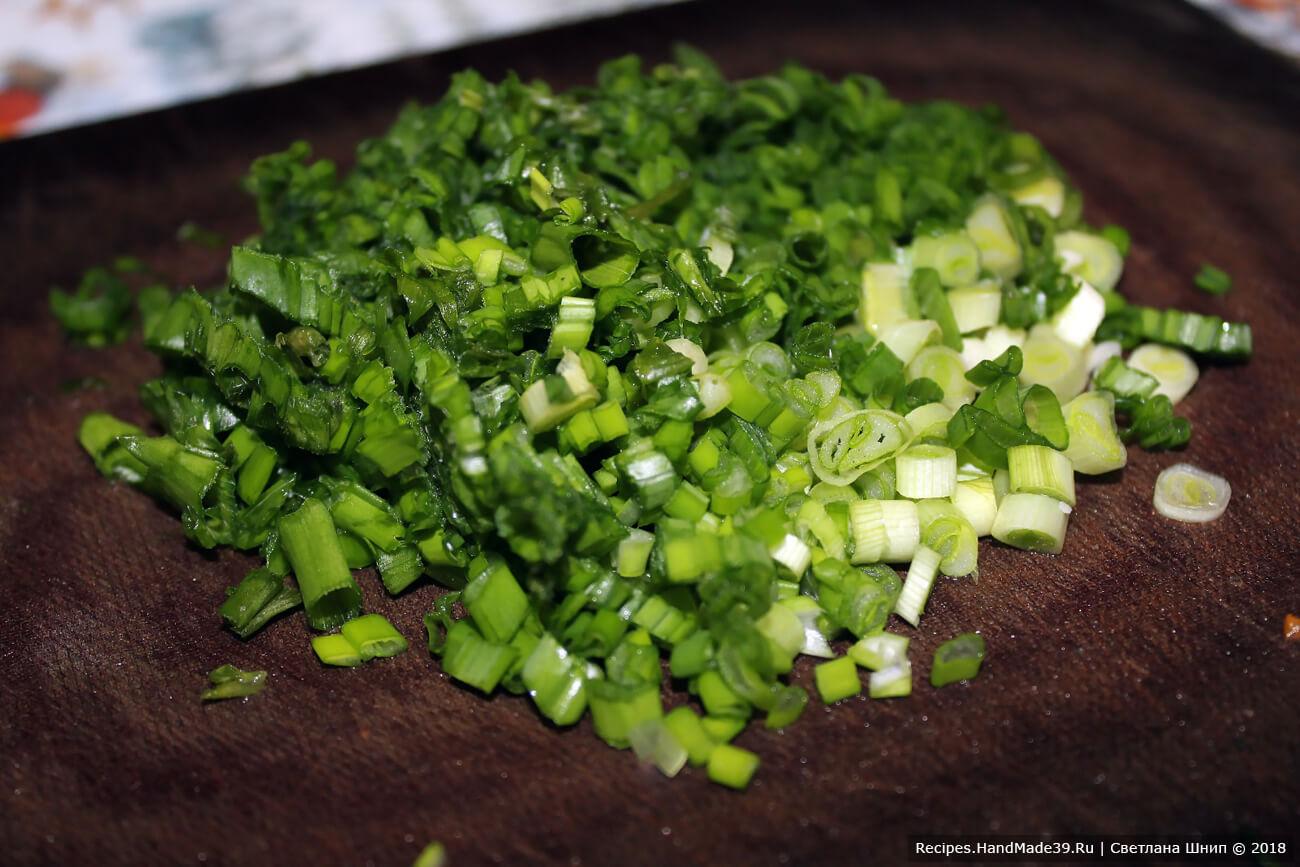 Зелёный лук вымыть, мелко нарезать
