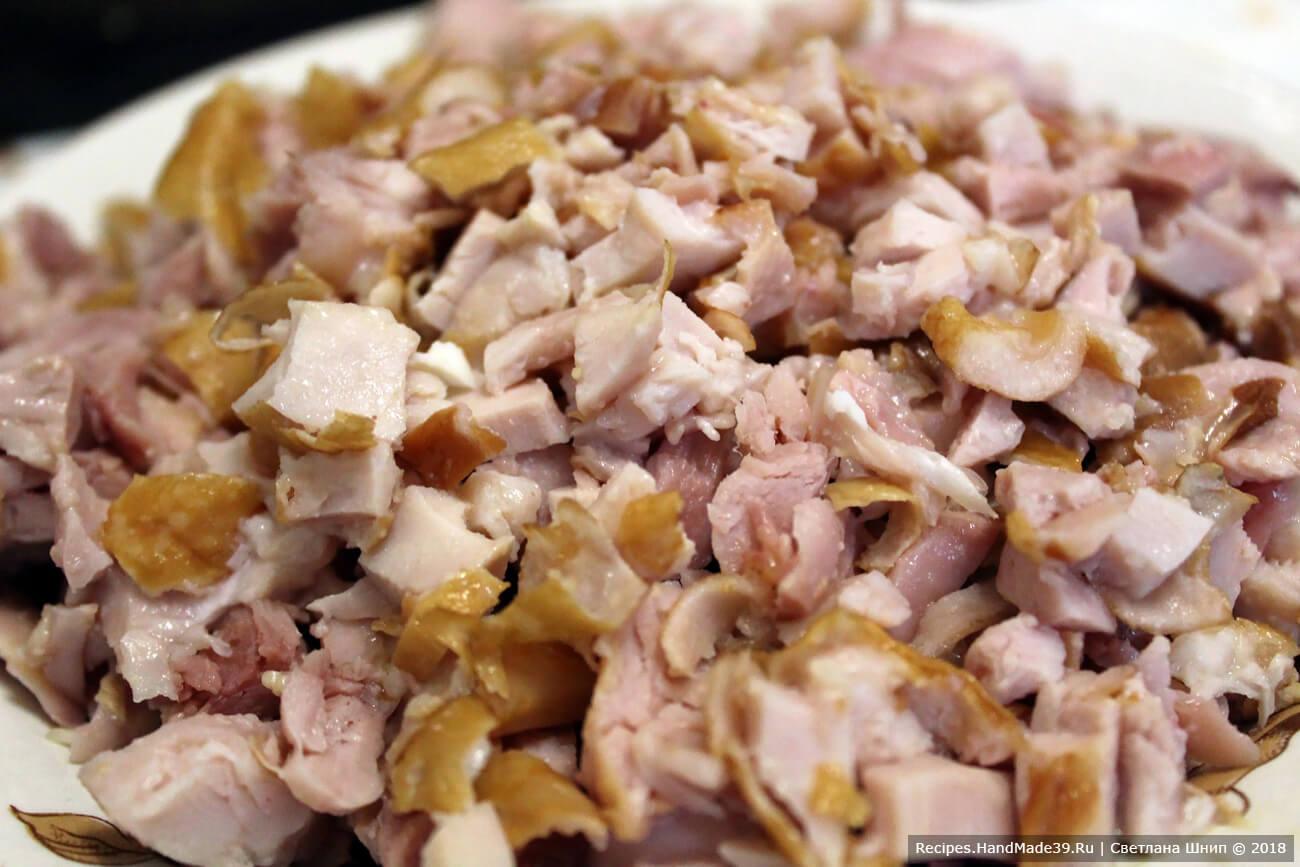 У копчёного куриного окорочка мясо отделить от кости и мелко нарезать