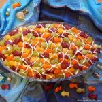 Рыбный салат с крекерами и сыром