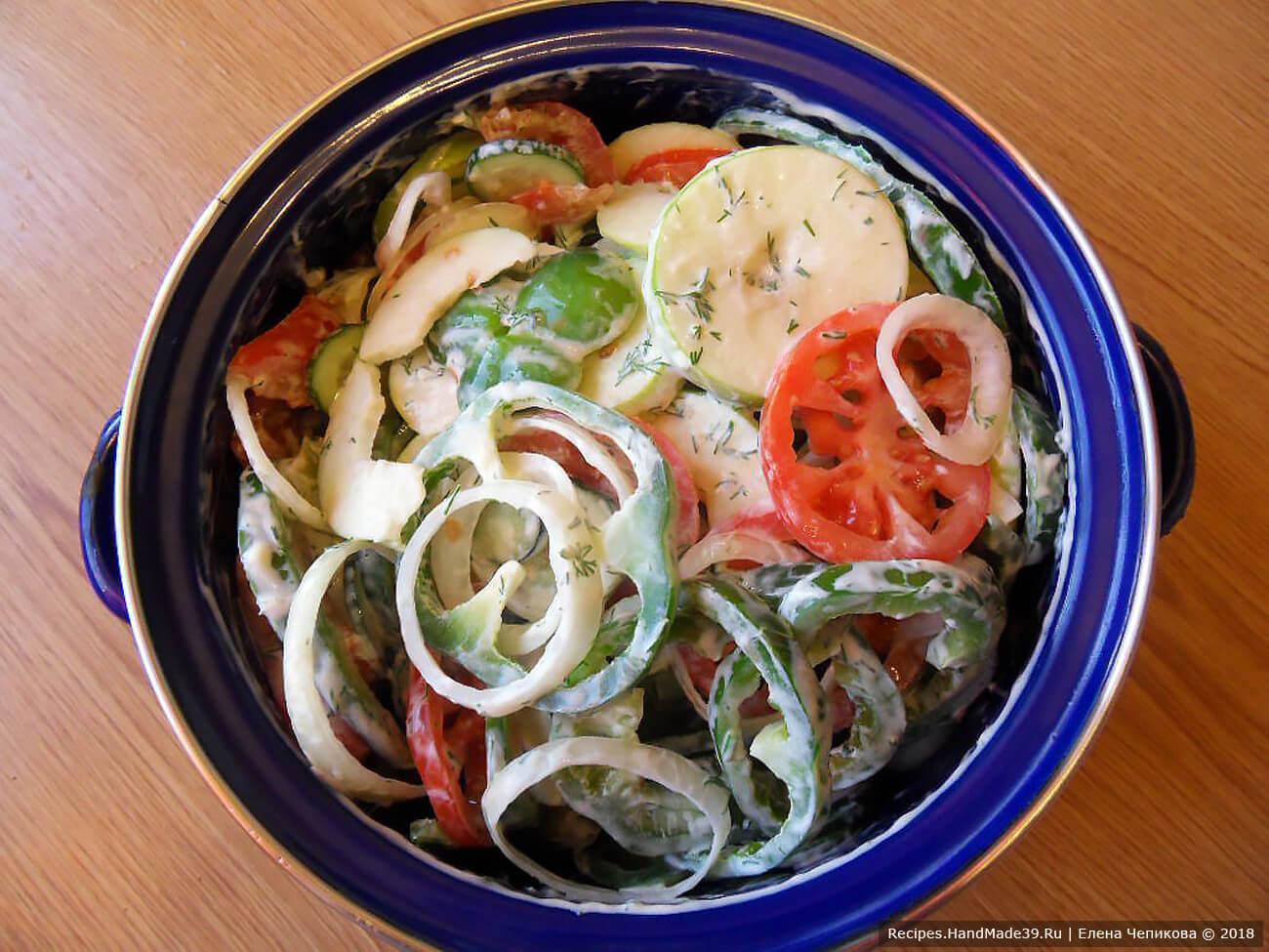 Подготовленные ингредиенты сложить в кастрюлю, посолить, поперчить, залить сметанной заправкой, всё хорошо перемешать и дать овощам пропитаться