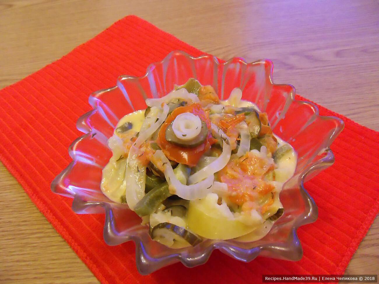 Салат выложить в салатник. Можно подавать и тёплым, и холодным. Приятного аппетита!