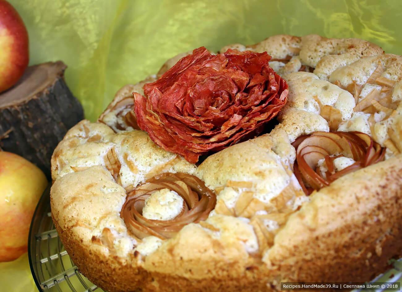 Вот такая съедобная «роза» из арбузных чипсов может украсить вашу выпечку